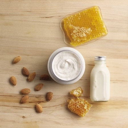 Migdolų pieno ir medaus švelnus atkuriamasis kūno šveitiklis