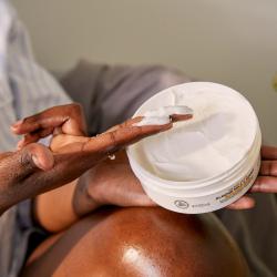 Migdolų pieno ir medaus raminamasis ir atkuriamasis kūno sviestas