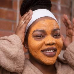 Švytėjimo suteikianti, duše naudojama veido kaukė su moliūgais