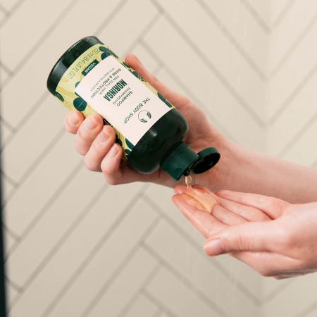 Blizgesio suteikiantis ir apsaugantis plaukų šampūnas su moringų aliejumi