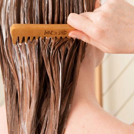 Blizgesio suteikiantis ir apsaugantis plaukų balzamas su moringų aliejumi